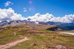 La terre rouge nuageuse des montagnes Images libres de droits