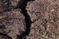 La terre sèche avec la fente photos stock