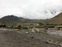 La terre sèche criquée près d'un lit de la rivière de l'Himalaya Photos libres de droits