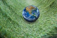 La terre sur l'herbe verte, y compris des éléments meublés par la NASA Image stock