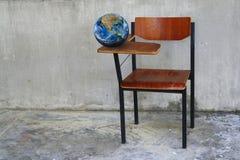 La terre sur le bureau de pièce de classe, y compris des éléments meublés par le Na Images libres de droits