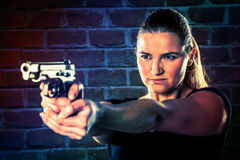 La terroriste dangereuse de femme s'est habillée dans le noir avec une arme à feu dans son Han image libre de droits