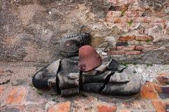 La testa antica della statua di Buddha si separa il fondo del muro di mattoni Statua rovinata di Buddha, in tempio pubblico Taila Fotografie Stock Libere da Diritti