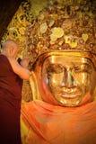 La testa dei monaci realizza un rituale, lavaggio quotidiano il fronte di Buddha Fotografie Stock Libere da Diritti