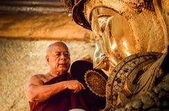 La testa dei monaci realizza un rituale, lavaggio quotidiano il fronte di Buddha Immagine Stock