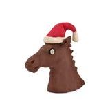 La testa del cavallo in un cappuccio di Santa Claus Fotografia Stock Libera da Diritti