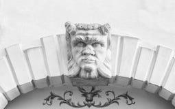 La testa del diavolo ha scolpito sopra l'arco di pietra di una villa italiana Immagini Stock