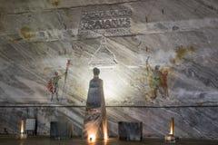 La testa dell'imperatore Traiano è scolpita da sale su un piedistallo e disegni di parete nelle miniere di sale in Slanic - Salin Immagine Stock Libera da Diritti