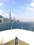 La testa dell'yacht e dell'edificio bianchi di Hong Kong Fotografia Stock