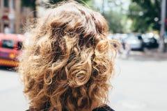 La testa della donna con capelli marroni ricci lanuginosi immagine stock libera da diritti