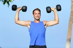 La testa di legno dell'uomo di forma fisica pesa l'addestramento fuori Fotografia Stock Libera da Diritti