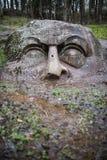 La testa di pietra nel Forest Park di Peterhof St Petersburg r Fotografia Stock Libera da Diritti