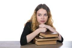 La testa di una ragazza si trova su un mucchio dei libri Fotografia Stock