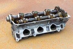 La testata di cilindro e l'asse piegata, automobile tagliata del motore parte Immagini Stock