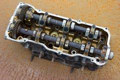 La testata di cilindro e l'asse piegata, automobile tagliata del motore parte Fotografie Stock Libere da Diritti