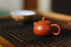 La tetera está en la tabla de té Imágenes de archivo libres de regalías