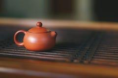 La tetera está en la tabla de té Fotos de archivo