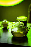 La tetera transparente con té se coloca en la barra Fotos de archivo