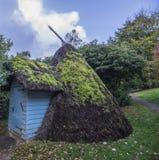 La tettoia ricoperta di paglia notevole in bei giardini al castello di Scotney, vicino a Lamberhurst in Risonanza, l'Inghilterra fotografia stock