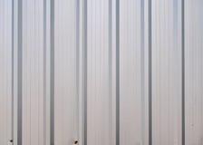 La textura acanalada del metal del cinc se puede utilizar como fondo Fotografía de archivo