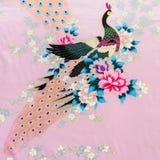 La textura de la tela de la impresión del vintage raya el pavo real y la flor Fotografía de archivo libre de regalías