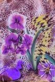 La textura de la tela de la impresión rayó el leopardo y la flor Fotografía de archivo