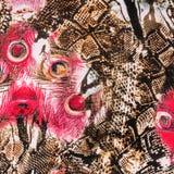 La textura de la tela de la impresión rayó la pluma y la serpiente del pavo real Fotografía de archivo