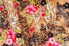 La textura de la tela de la impresión rayó el leopardo y la flor Imágenes de archivo libres de regalías