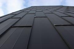 La textura de las hojas del hierro, la perspectiva del cielo la decoración moderna de la fachada, fondo fotos de archivo