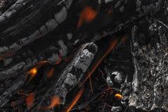 La textura de la leña que quema en el fuego fotografía de archivo
