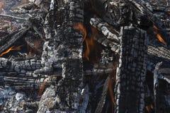 La textura de la leña que quema en el fuego fotos de archivo
