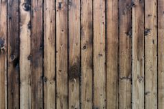 La textura de los tablones de madera amarilleados Cerca vertical de madera de tableros amarillos imágenes de archivo libres de regalías