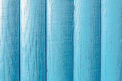 La textura de madera, tableros pintados en el azul, dispuesto verticalmente, la madera se daña bajo la forma de pequeñas grietas Foto de archivo