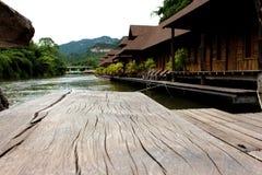 La textura de madera y la madera de la tabla transportan en balsa en el río en Sunny Day imagen de archivo