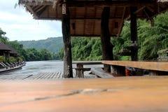 La textura de madera y la madera de la tabla transportan en balsa en paisaje del río fotografía de archivo