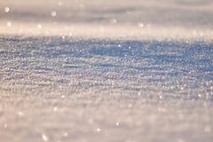 La textura de la nieve brilla en modelo del sol La Navidad, Año Nuevo, mañana antes del día de fiesta La Navidad Fotografía de archivo