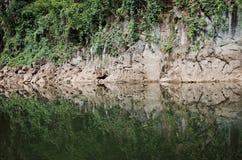 La textura de piedra refleja en el agua Fotos de archivo libres de regalías