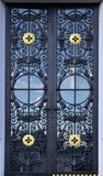 La textura de la puerta moderna del metal es negra Al aire libre compita foto de archivo