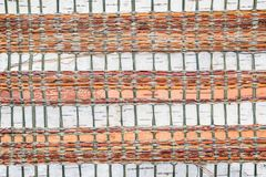 La textura de la superficie de la corteza de abedul trenzada con las cuerdas coloreadas, modelo hecho a mano hermoso ls, Fotos de archivo