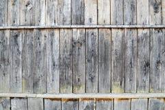 La textura de una pared de madera vieja gris negra, una cerca de viejo vertical y horizontal rambly sube de diversos tamaños con  Imagen de archivo