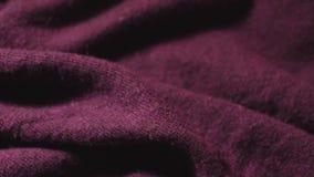 La textura de una tela sintética del color de Borgoña en las materias textiles hace compras almacen de video
