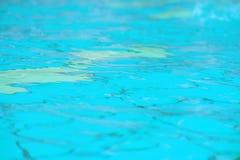La textura del agua en la piscina imagenes de archivo