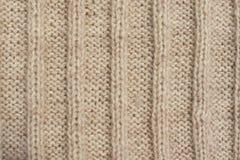 La textura del beige hizo punto el suéter de las lanas con el ornamento Foto de archivo libre de regalías