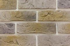 La textura del extracto del fondo del ladrillo resistió del estuco marrón claro viejo manchado y de la pared amarilla roja pintad Imagen de archivo libre de regalías