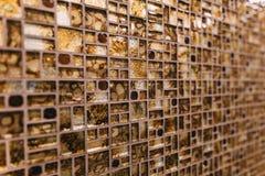 La textura del pequeño mosaico de la teja es marrón con las chispas adentro fotografía de archivo libre de regalías