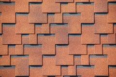 La textura del tejado con la capa bituminosa Mosaico bituminoso áspero de flores rojas y marrones Techumbre impermeable fotografía de archivo
