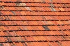 La textura del tejado Fondo de baldosas cerámicas rojas viejas Fotografía de archivo libre de regalías