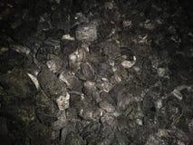 la textura oscura de una pila de carbón de leña de madera para el fondo fotografía de archivo