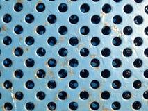 La textura oxidada azul de la rejilla del metal con los agujeros se cierra Imagen de archivo libre de regalías
