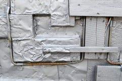 La textura plateada en el estilo del steampunk, Cyberpunk dobló, torció, las hojas de metal viejas de la lata, pernos, remaches,  imagen de archivo